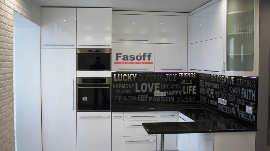 Кухня белая глянцевая с натяжным потолком Киев