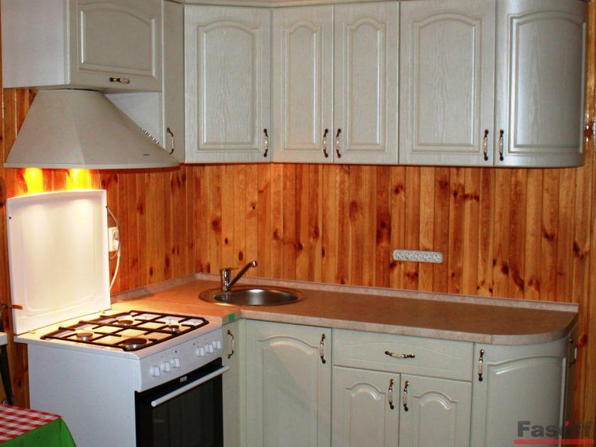 Кухня классика светло зеленая с деревянным фартук