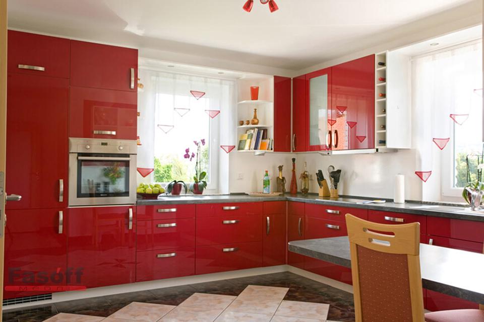 Большая угловая кухня с красными пленочными  МДФ фасадами с фурнитурой Linken System