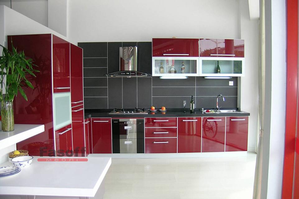 Красная кухня с акриловыми фасами и фурнитурой Blum