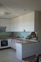 Кухня с крашеными глянцевыми фасадами и фурнитурой Блюм Оболонь