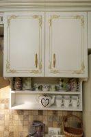 Классическая кухня с золотой патиной и столешницей из исскуственного камня Tristone Гостомель