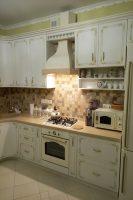Кухня в классическом стиле с золотой патиной Вышневе