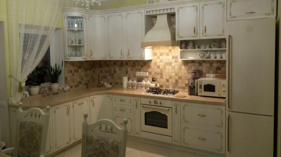 Кухня с фасадами МДФ Diportes с золотой патиной БучаКухня с фасадами МДФ Diportes с золотой патиной Буча