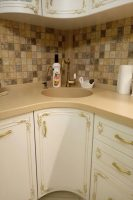 Классическая кухня с фурнитурой GTV и столешницей из исскуственного камня Tristone S-107 peach tree метро Житомирская