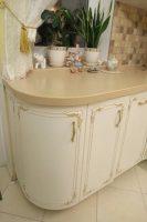 Классическая кухня с фурнитурой GTV и столешницей из исскуственного камня Tristone S-107 peach tree Святошинский раен