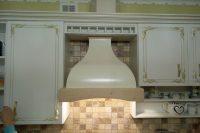 Классическая кухня с золотой патиной и столешницей из исскуственного камня Tristone Чайка