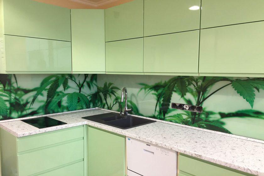 Зеленая кухня с глянцевыми крашенными фасадами Киев