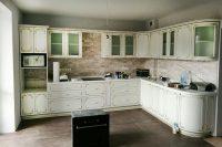 Кухня под заказ с фасадами Diportes и столешницей из акрилового камня montelli ultra greenish white Вышневе
