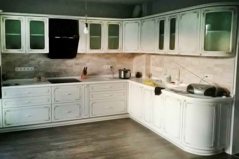 Кухня под заказ с фасадами Diportes и столешницей из акрилового камня montelli ultra greenish white Киев
