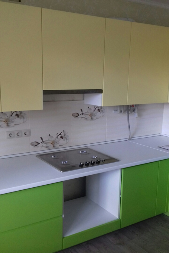 Зелено-желтая кухня с крашеными фасадами МДФ и столешницей LuxeForm купить Буча