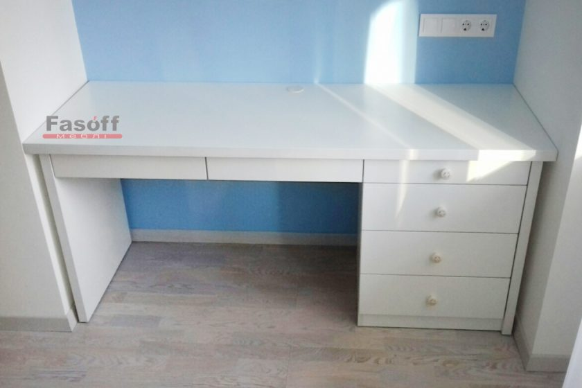 Белый стол из ДСП Swisspan и фурнитурой GTV купить под заказ Киев