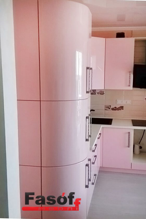 Розовая глянцевая кухня с фурнитурой BLUM, и столешницей из искусственного акрилового камня Montelli Greenish White под заказ Оболонь