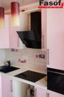 Розовая глянцевая кухня с фурнитурой BLUM, и столешницей из искусственного акрилового камня Montelli Greenish White под заказ Чайка