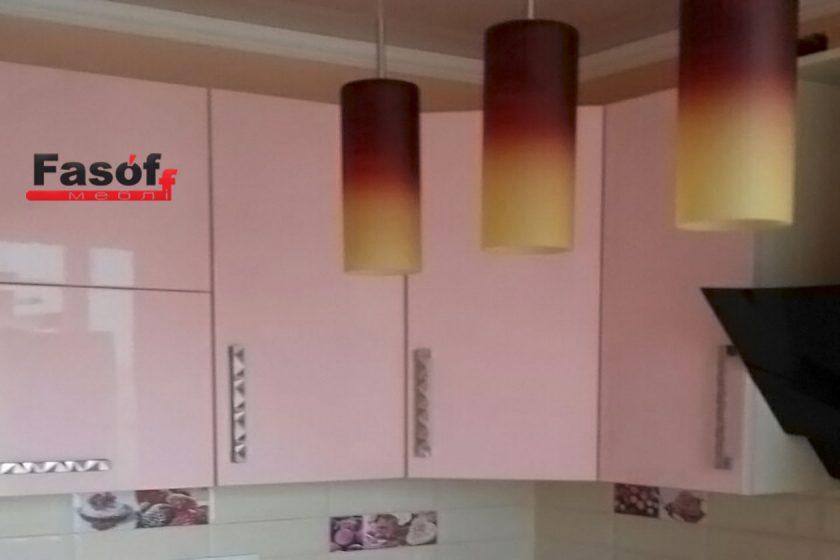 Розовая глянцевая кухня с фурнитурой BLUM, и столешницей из искусственного акрилового камня Montelli Greenish White под заказ Киев