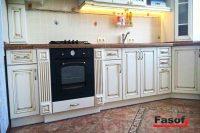 Купить кухню с крашеными фасадами с патиной, столешницей из исскуственного камня TriStone и фурнитурой Blum в Киеве