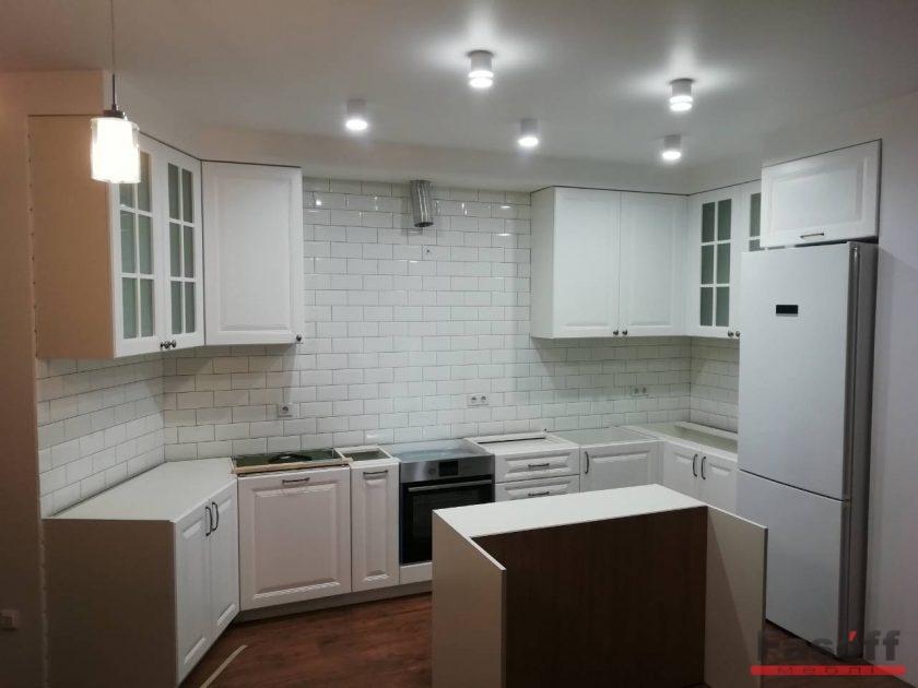 кухня на заказ с развернутым тупым углом под потолок