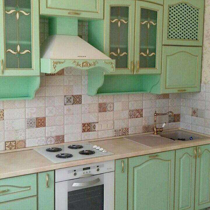 Кухня угловая в классическом стиле с патиной