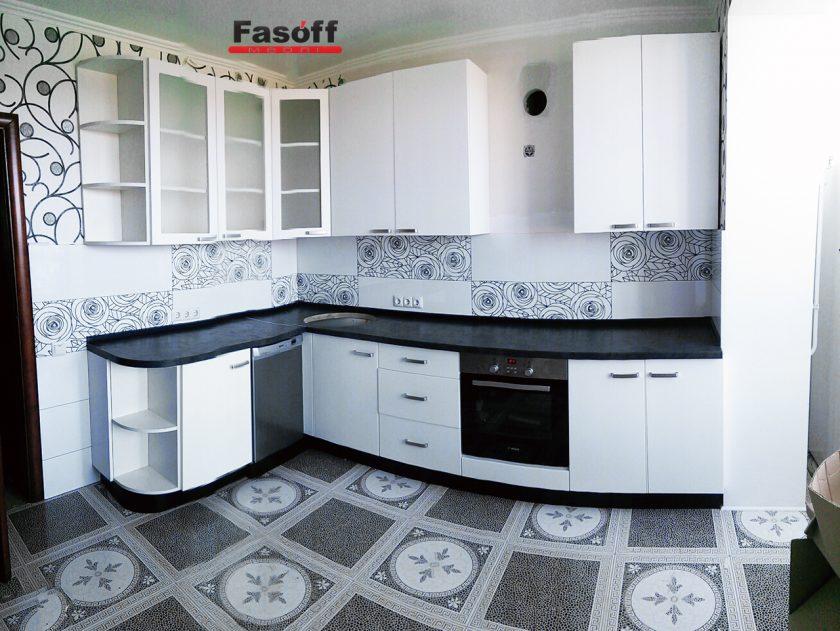 Белая глянцевая кухня с черной столешницей