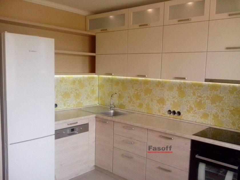Угловая кухня модерн с крашенными фасадами