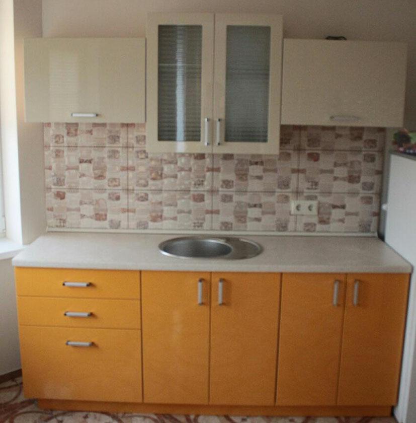 Оранжевая кухня модерн с крашеными фасадами