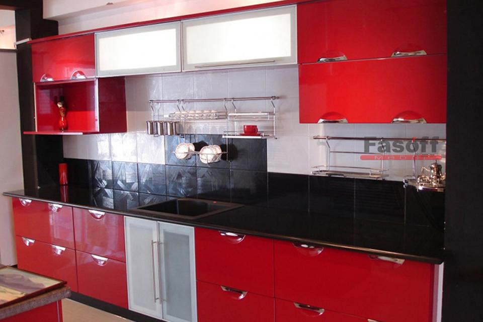 Крашеная красная глянцевая кухня с врезными учками и фурнитурой Blum