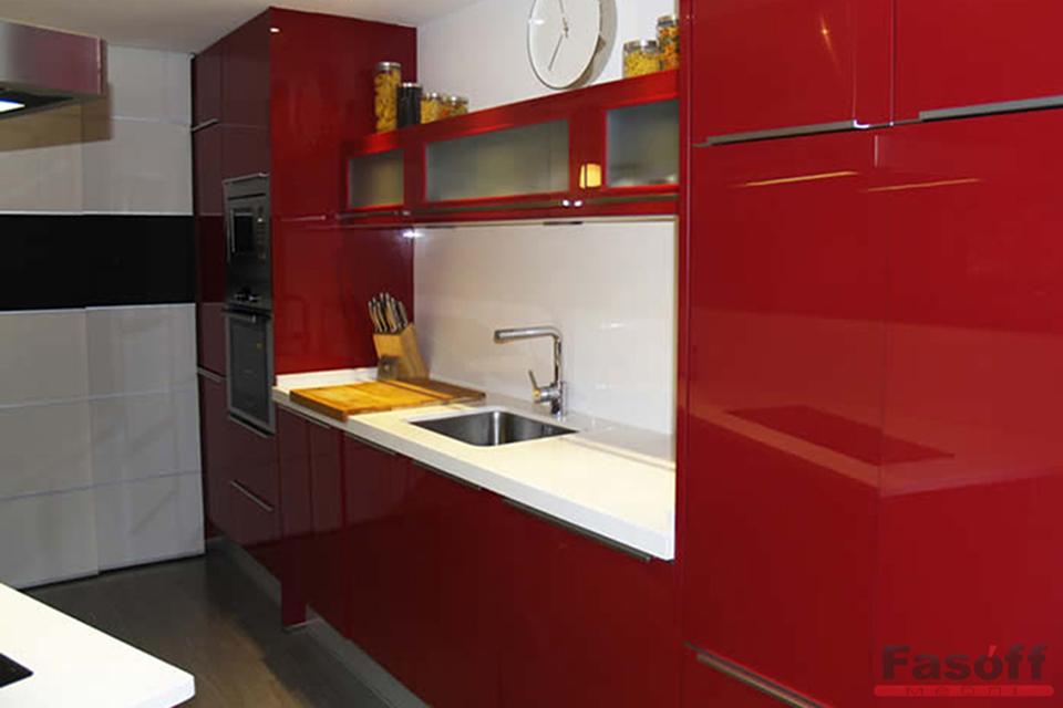 Красная глянцевая кухня с крашенными МДФ фасадами и фурнитурой GTV Киев
