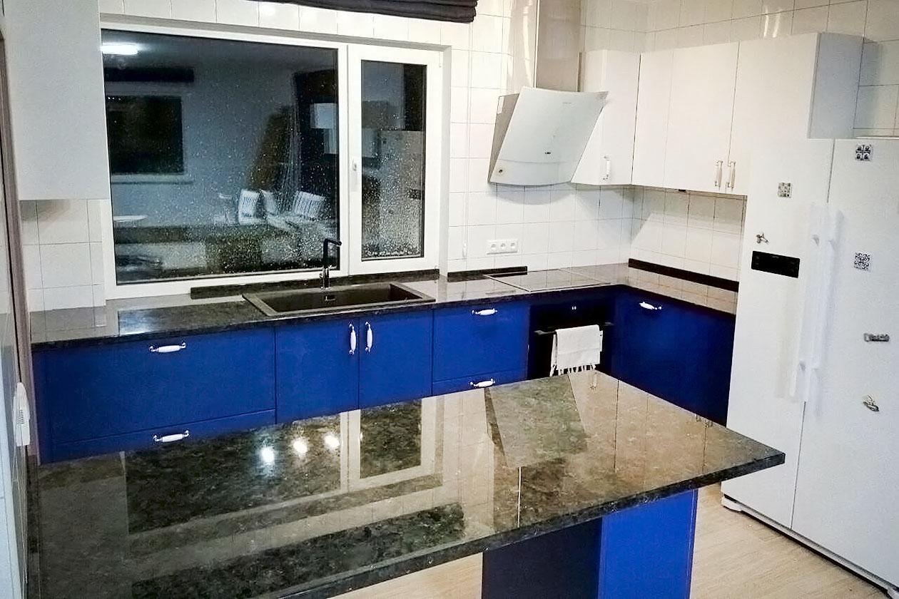 Кухня со столешницей с натурального камня купить в Соломьянка