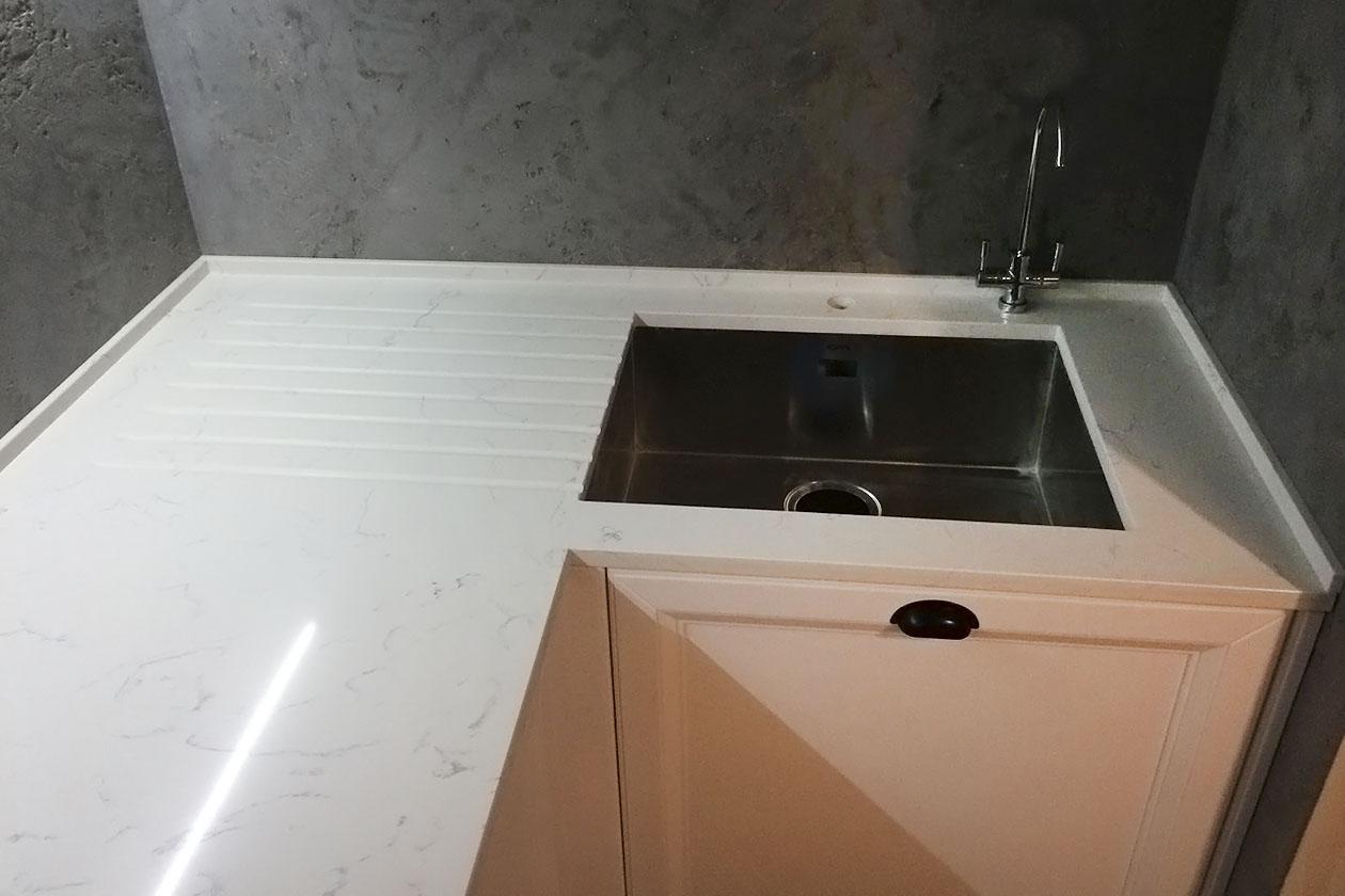 Кухня с каменной столешницей купить под заказ Белгородка