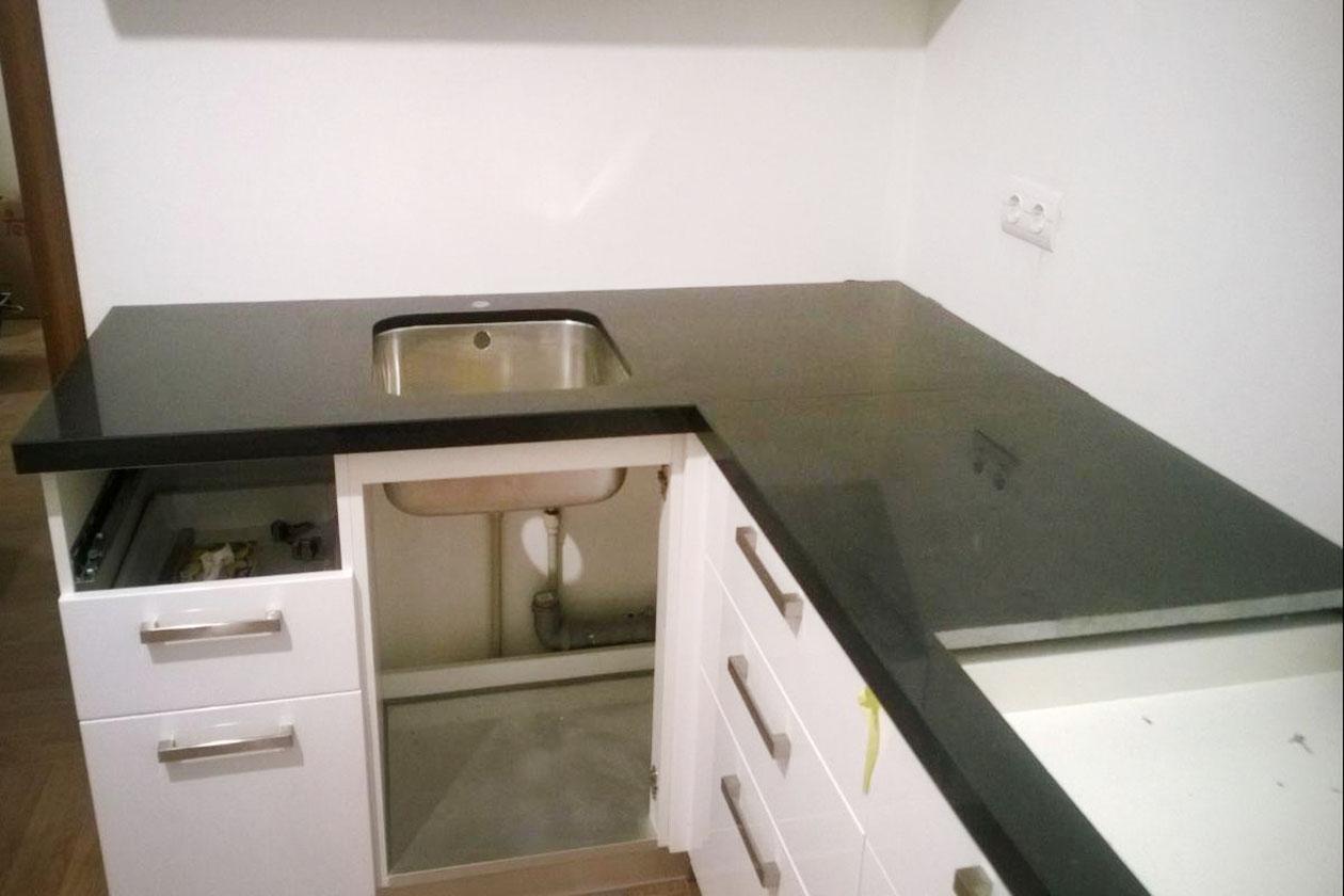 Кухня с каменной столешницей купить под заказ Васильков