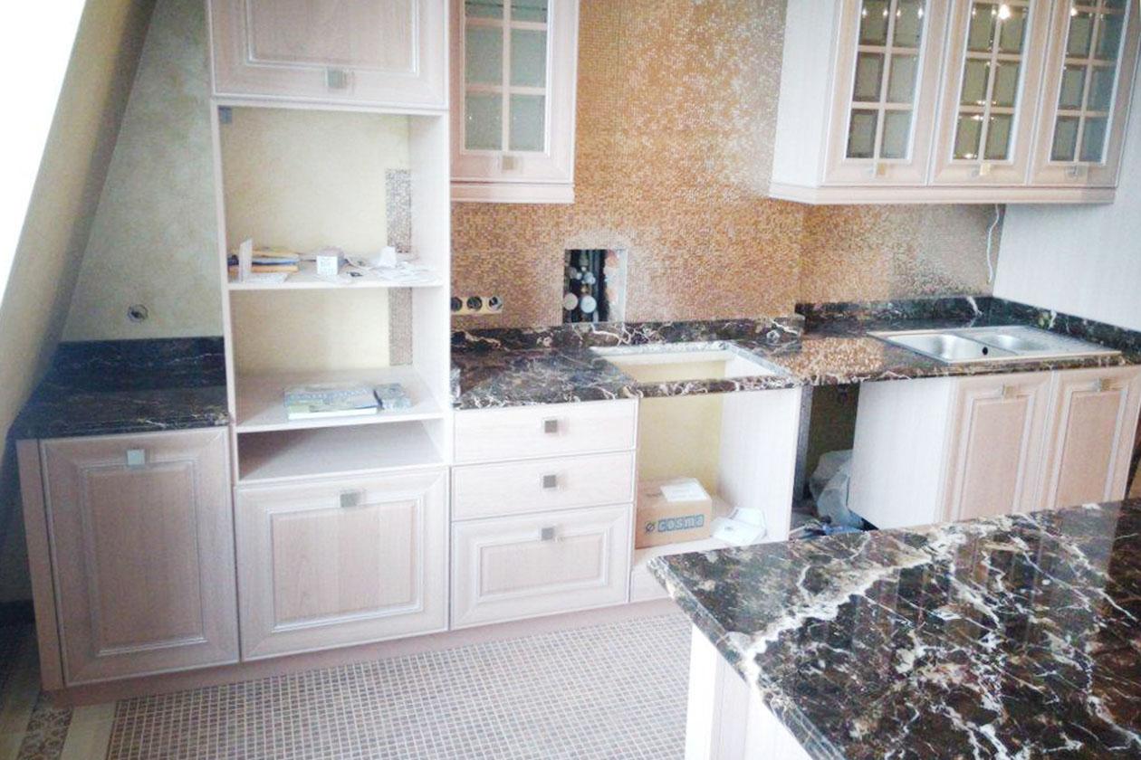 Кухня с каменной столешницей купить под заказ Мыла