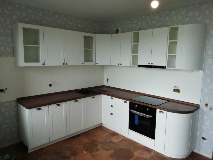 кухня белая угловая
